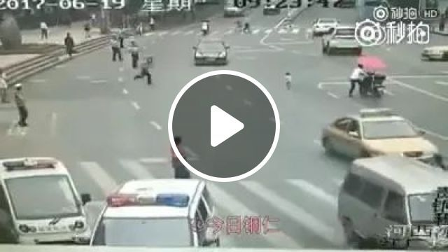 Police save baby on the street, Cute babies, motorcycles, luxury cars, Chinese streets, police heroes, luxury cars