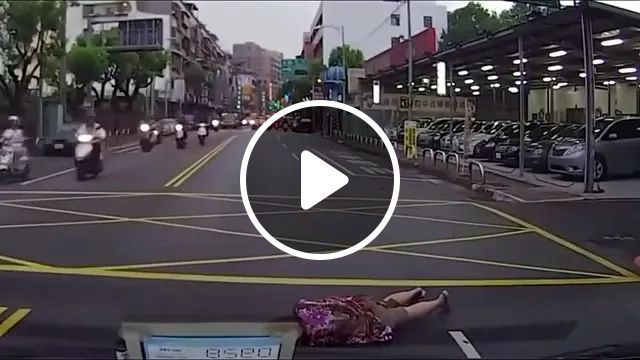 Actor performing on Chinese streets, actors, Chinese streets, luxury vehicles