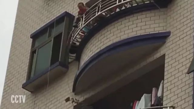 Hero man rescues baby in Chinese street