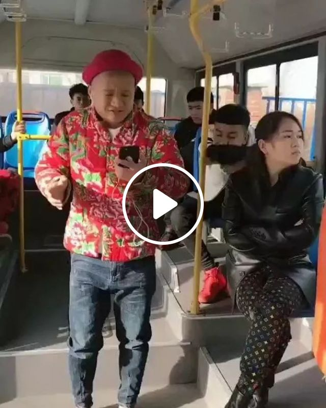 on the bus, you sing too loudly, Funny men, men's fashion clothes, tourist buses, smartphones, china travel