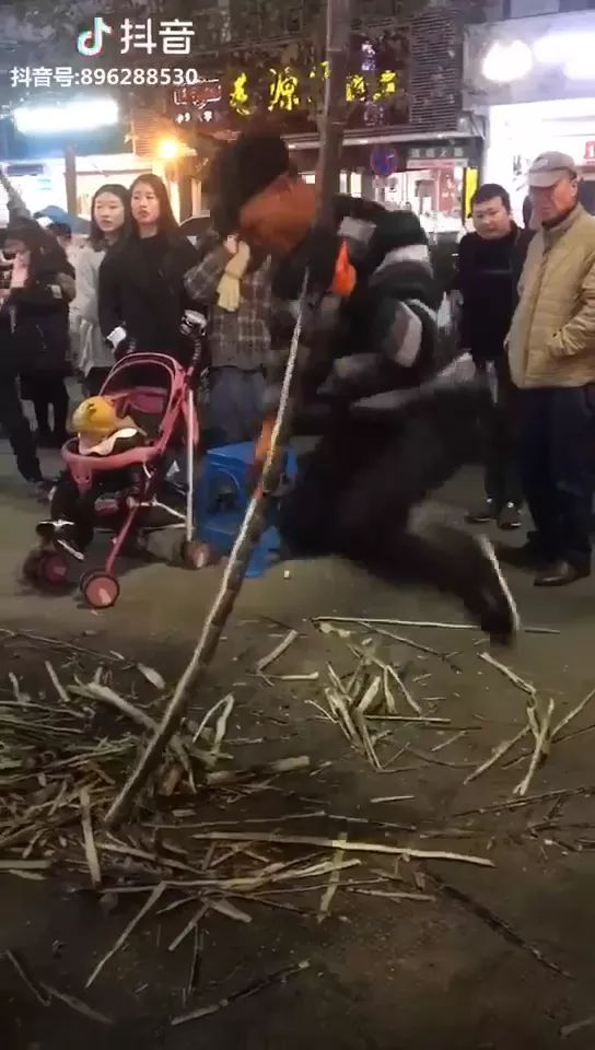 How To Peel Sugar Cane - Video & GIFs | tools for cutting, sugarcane, street, performances, tourists
