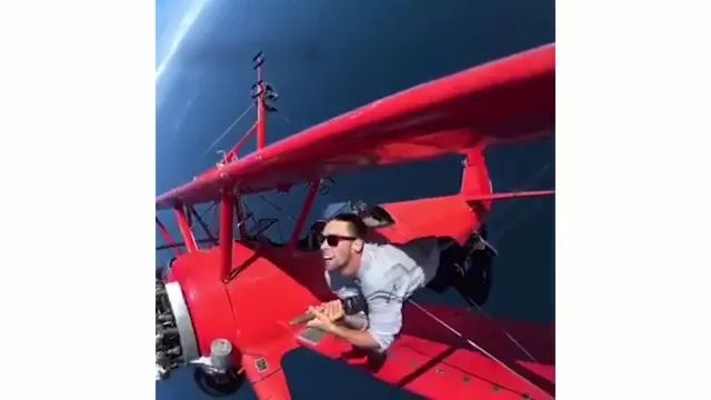 Travel by plane is very interesting - Video & GIFs   American travel, travel aircraft, satisfied, women's fashion clothes