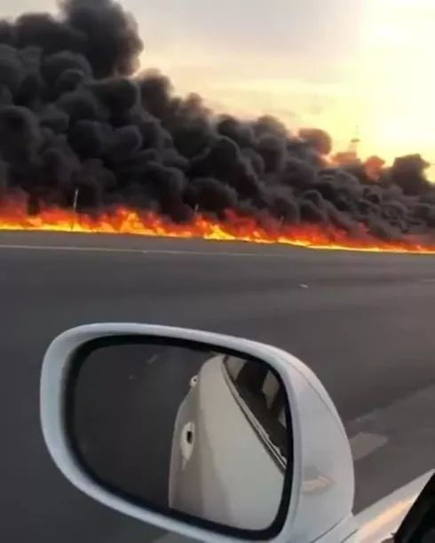 highway fire scene is recorded by smartphone