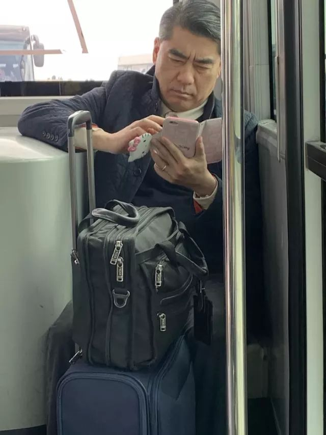 When you're a grown business man but pink smartphone, hello kitty is life