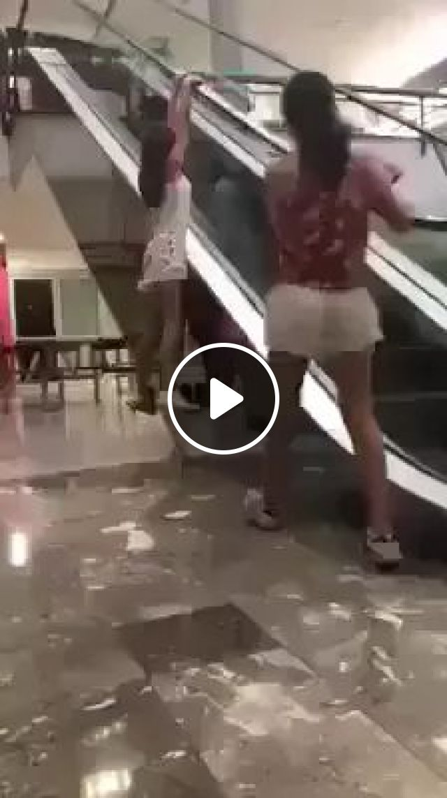 In Supermarket, Girls Performed On The Elevator - Video & GIFs | supermarkets, girls, fashion shoes, fashion clothes, performances, elevators