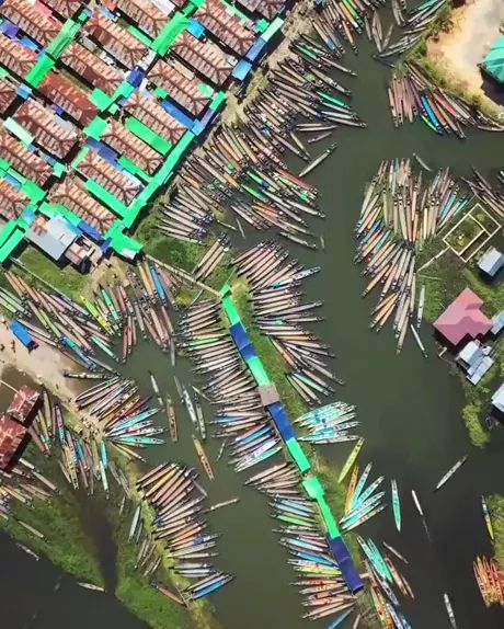 Traveling together, overhead timelapse of Nam Pan water market