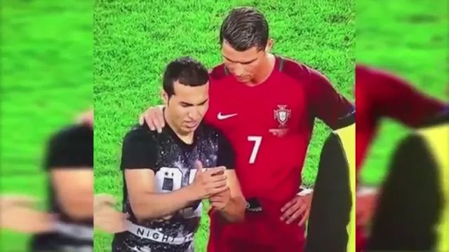 cristiano ronaldo fan has appeared and took photos with his smartphone - Video & GIFs | fan, cristiano ronaldo, photograph, smartphone