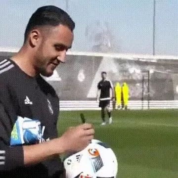 Goalkeeper quickly reflects ball
